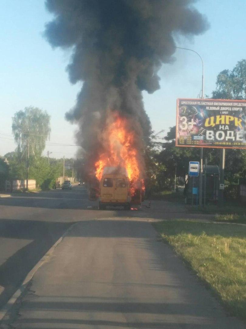 Рано утром в Бресте полыхала открытым пламенем маршрутка