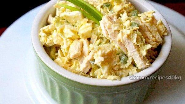 салат с капустой и куриной грудкой и яйцом