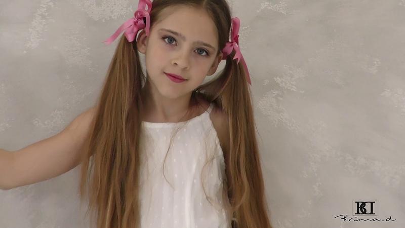 Model Rebecca dress presentation agency Brima d