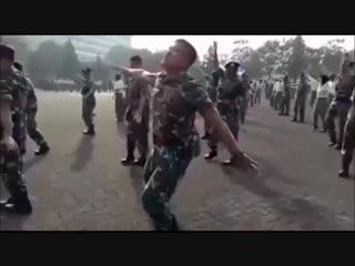 Красавчик - солдат танцует от души! Можно смотреть бесконечно!