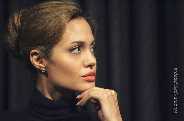 В отношениях нужно давать столько свободы, чтобы человек сам хотел все чаще бывать рядом с вами. Любовь — это когда не держишь человека, а даешь всегда право выбора... Angelina Jolie