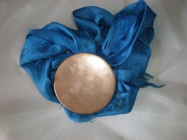 ШАМАНСКОЕ ЗЕРКАЛО Зеркало, или толи — наиболее обиходное орудие шаманской утвари, имеющее многоцелевое назначение; к тому же оно небольшое, и его можно носить или хранить в кошельке либо