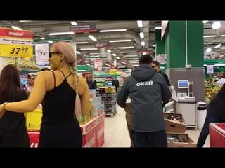 Разукрашенные новосибирцы станцевали в супермаркетах 6.04.2019
