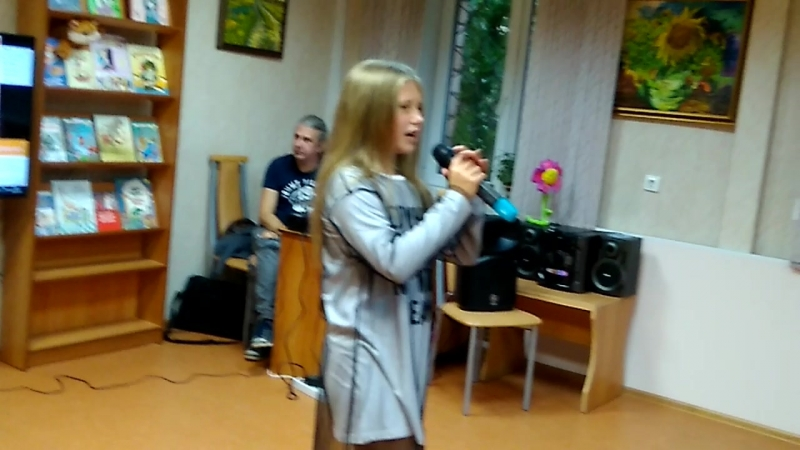 Поет солистка детской концертной студии Непоседы
