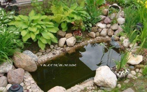 Пруд из старой ванны Старую ванну не стоит выбрасывать, из нее без особых усилий получится маленький пруд в вашем саду. Вам потребуются: 1. Песок 50–70 кг. 2. Гравий для дренажа — 2 ведра. 3. Большая старая кастрюля без дна или лист жести 70х60 см. 4. Тачка, ведро, лопата. 5. Рулетка, измеритель уровня. 6. Длинная доска (по длине ванной). 1. Поставьте ванну на землю и с помощью колышков и натянутой между ними нити обозначьте границы будущего котлована. Добавьте еще 20 см для песчаной подушки.…