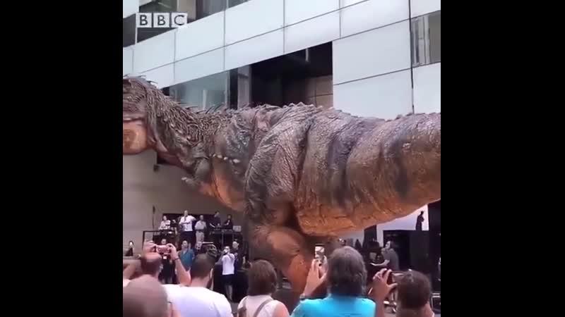 Огромный механический динозавр