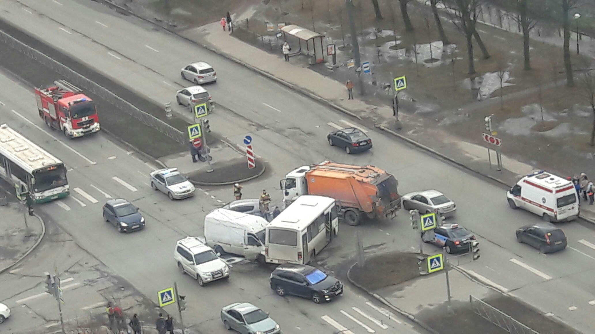ВПетербурге три человека пострадали встолкновении маршрутки иMercedes