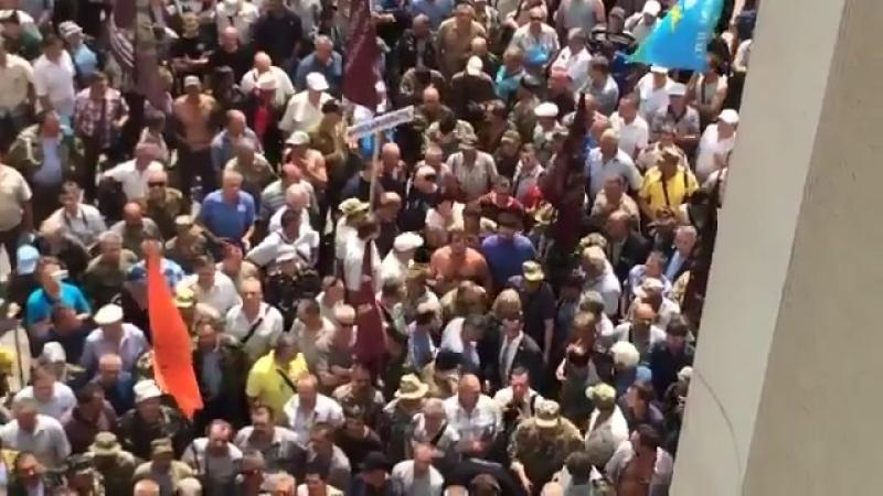 Ірина Геращенко закликала афганців до діалогу і через натовп пройшла у Раду