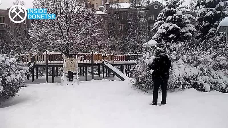 А снег кружил и падал в Донецке целый день