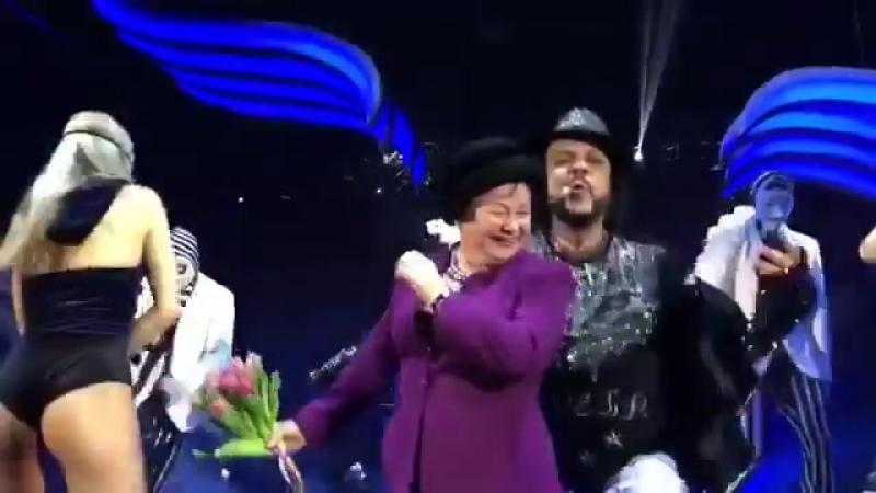 Бабушка Ольги Бузовой зажигает вместе с Филиппом Киркоровым на сцене