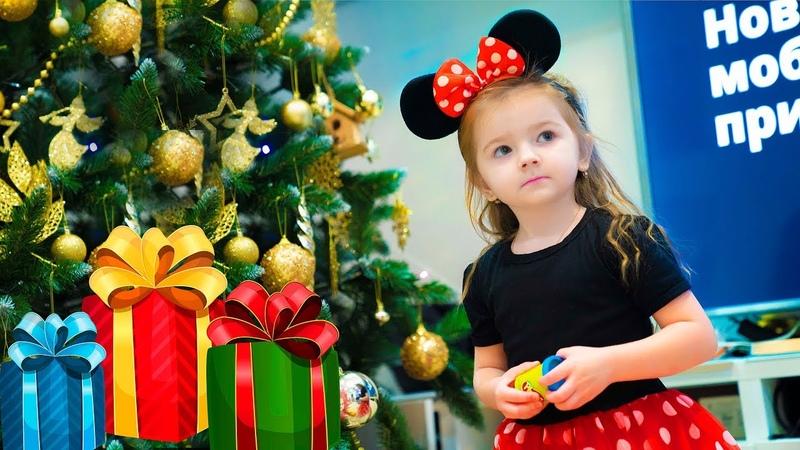 Открываем подарки. Кира не хочет делиться игрушками с братиком. Волшебная игра плей дох (Play-Doh)