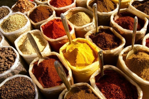 Сочетаем специи правильно. Чтобы Ваше блюдо получилось вкусным и ароматным, нужно знать, какие именно пряности подходят к определенным блюдам: Для мяса: красный, черный, душистый перец или гвоздика, майоран, тимьян, тмин, куркума, лук, орегано. Для птицы: тимьян, майоран, розмарин, шалфей, чабрец, базилик. Для рыбы: лавровый лист, белый перец, имбирь, душистый перец, лук, кориандр, перец чили, горчица, укроп, тимьян. Для гриля : красный перец, душистый перец, кардамон, тимьян, майоран,…