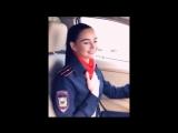 Девушка в форме сотрудника полиции поет блатные песни:
