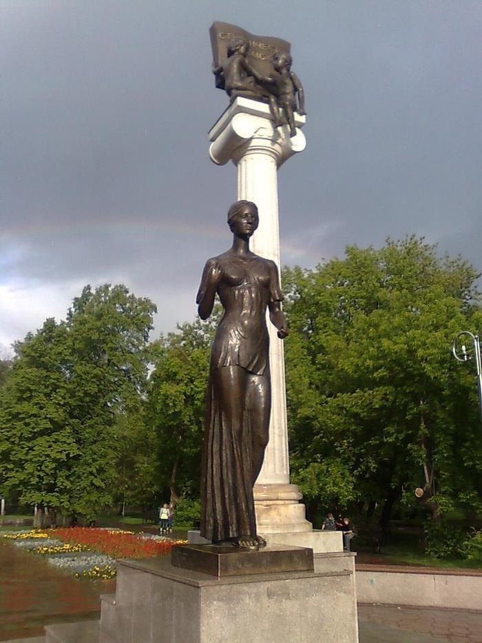 Памятник студенчеству Томска (Новособорная площадь, 2004 год)
