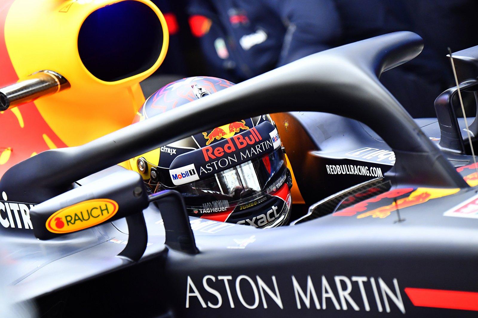 Макс Ферстаппен в кокпите Red Bull на тестах в Барселоне