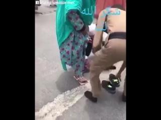 Меккедегі полиция аяқ-киімін жыртып алған кісіге өзінікін берді