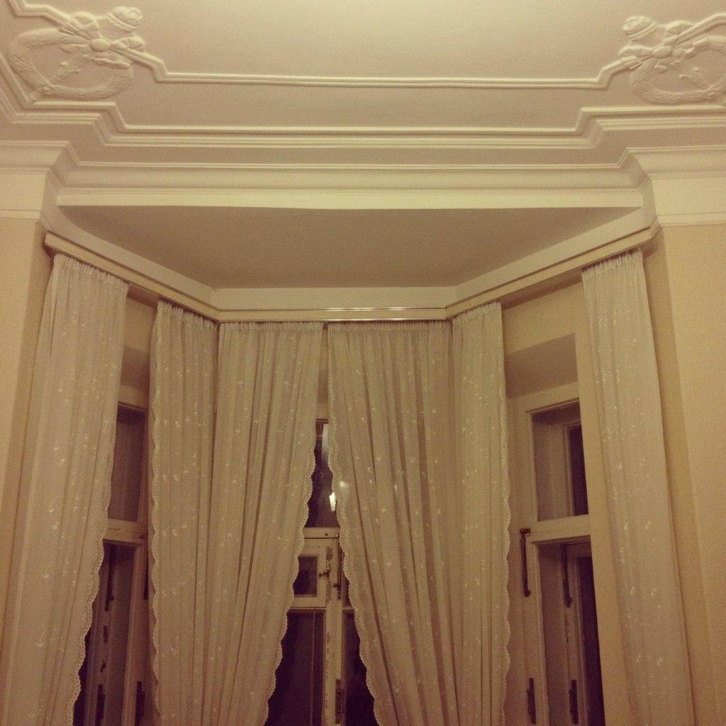 потолок из гипсокартона на кухне с эркером фото