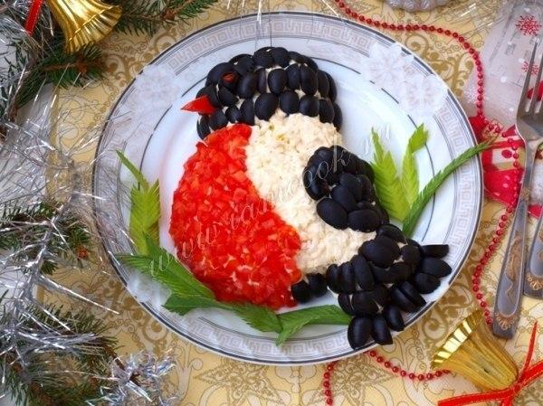 Фото: Салат «Снегирь»<br><br>Ингредиенты:<br>Рис варёный - 1 стакан;<br>Куриное филе - 1 шт;<br>Лук репчатый - 1 шт;<br>Яйца - 2 шт;<br>Помидоры - 2 шт;