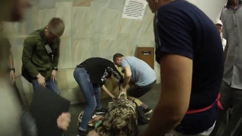 Баба в метро Киева хотела съесть котёнка