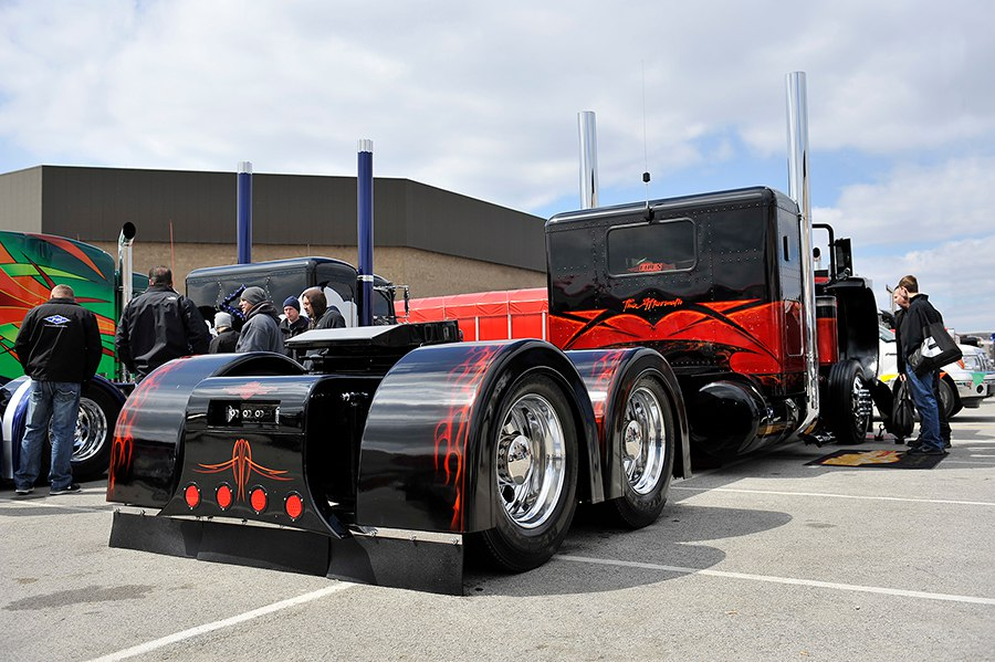 Очень впечатляющий грузовик