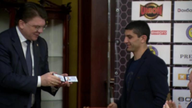Чемпиону мира по боксу Артему Далакяну вручили звание Заслуженного мастера спорта Украины