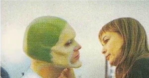 Фотографии процесса рождения героя фильма «Маска». Джим Керри в кресле гримера.1994 г.