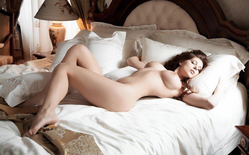 впервые видел фото голые девушки в кровати заметил