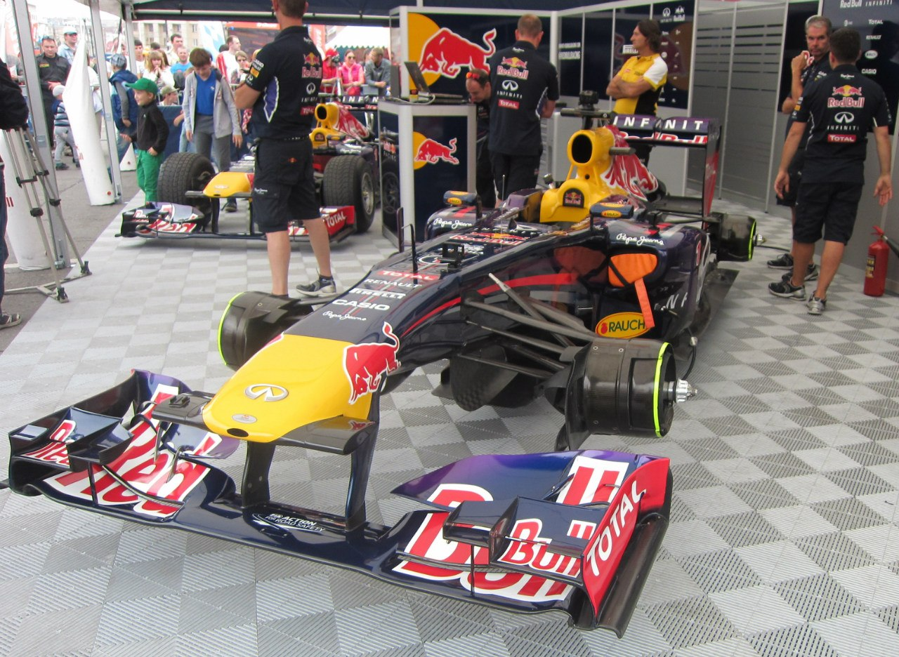Гоночный болид команды Infinity Red Bull в паддоке (13.08.2014)