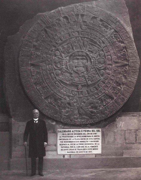 Порфирио Диаз, президент Мексики стоит рядом с солнечным календарём Ацтеков.