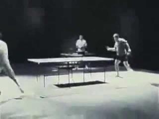 Брюс Ли играет в пинпонг нунчаками