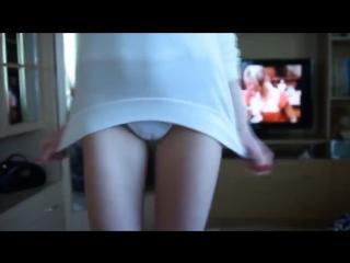 Девушка в белых трусиках танцует [эротика раздевается показывает красивую попку erotica teen panties ass]