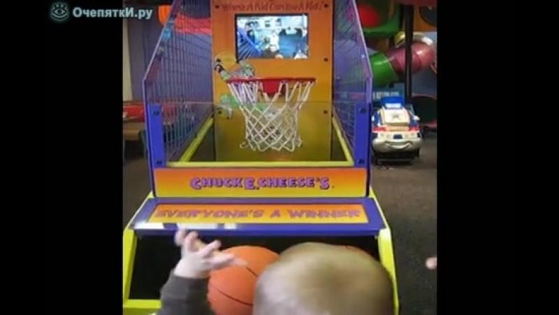 Меткий малыш-баскетболист.mp4