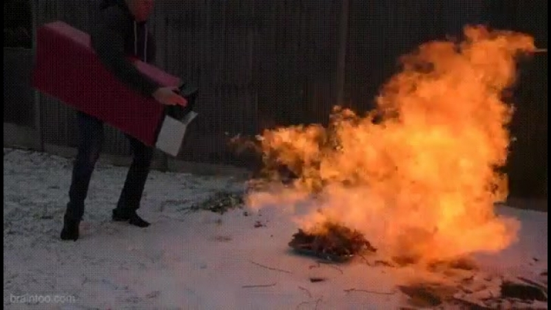 С такой зажигалкой не проблема развести костер 😨😆