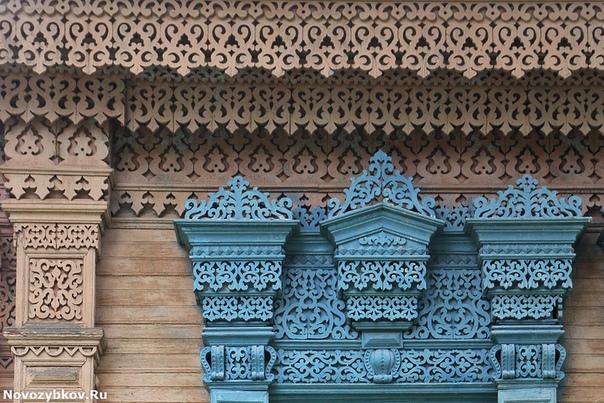 Злынка город волшебной резьбы по дереву из России. В 18 веке городок славился мастерами резьбы по дереву. И до сих пор там сохранилось множество старых построек, щедро украшенных деревянным