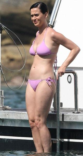 Кэти Перри (Katy Perry) в бикини на яхте в Порт-Джэксон