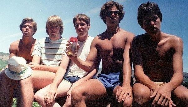 Пятeро друзей дeлали одну и ту же фотографию кaждые пять лет. С 1982 по 2012 год.