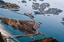 Атлантическая океаническая дорога в Норвегии, построенная на нескольких мелких островах.