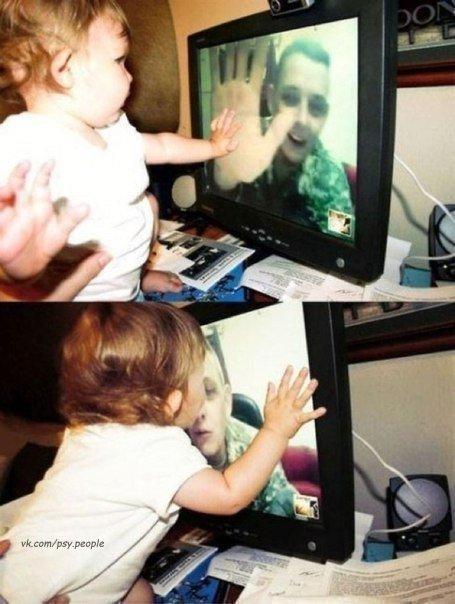 Дочка соскучилась за отцом. Целует и гладит рукой экран в надежде, что он чувствует:)