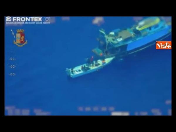 Frontex svela il trucco degli scafisti, lasciano i migranti su un barchino a sud di Lampedusa