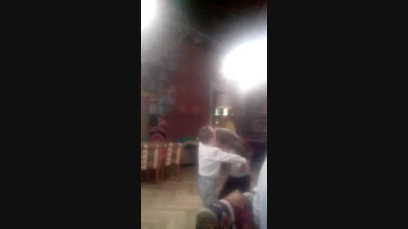 Тимофей с Кристинкой танцует