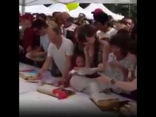 В Новосибирске растащили халявный торт