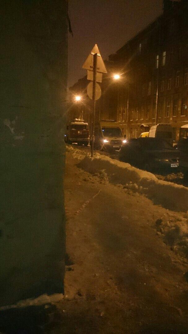 Появились фотографии с места взрыва на детской площадке в Петербурге, где подорвался человек