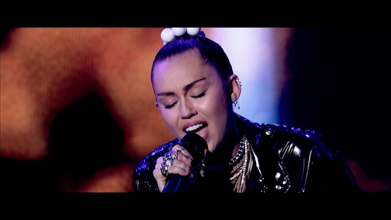 Mark Ronson ft. Miley Cyrus - Nothing Breaks Like a Heart [Live Performance on Graham Norton HD]