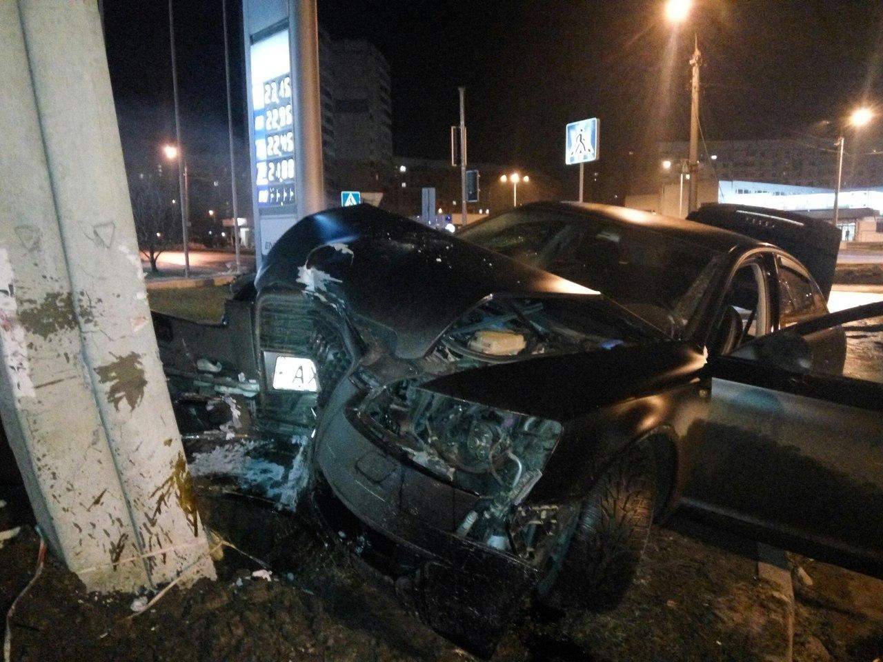 Ночное ДТП в Харькове: водитель на полном ходу влетел в столб (ФОТО)