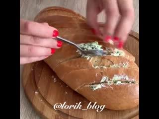 Батон с сыром и чесноком (ингредиенты указаны в описании видео)