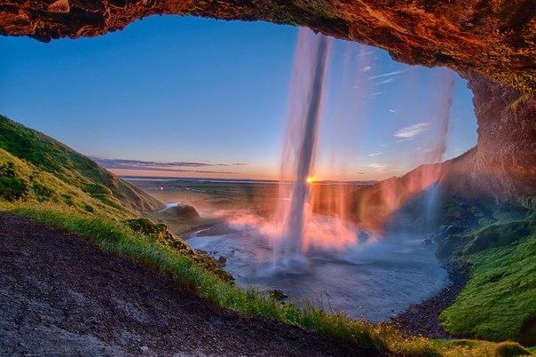 Закат у водопада seljalandsfoss исландия
