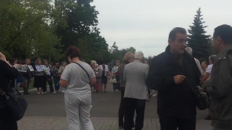Мариуполь. 9 мая, 2018. Мариупольцы недоумевают, почему так рано закончился митинг.