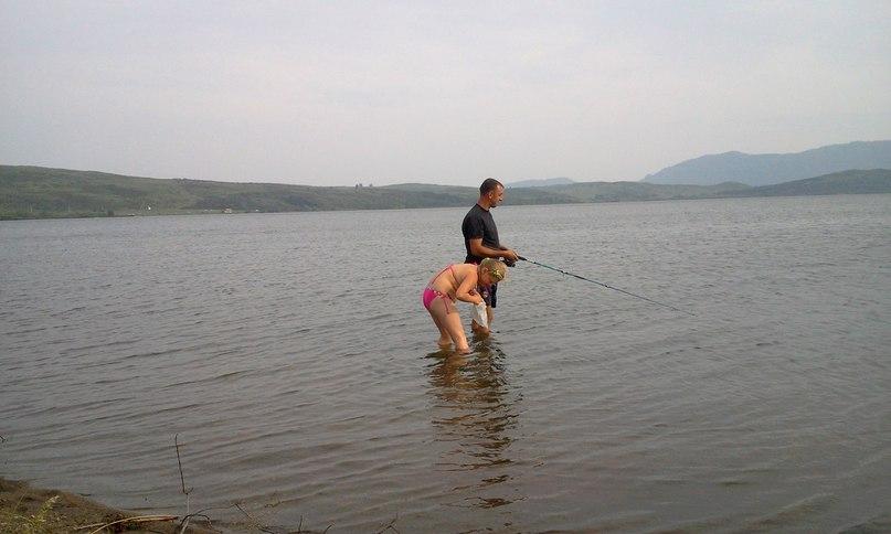Ребенок увидел мальков в воде и начал применять только что придуманную снасть - рыболовный мешочек
