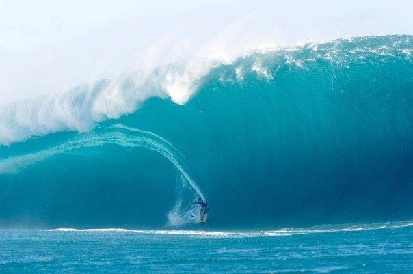 Серфер у побережья острова Мауи,