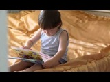 Мама подглядывает, как читает ее умничка Аким (2 года и 7 мес)